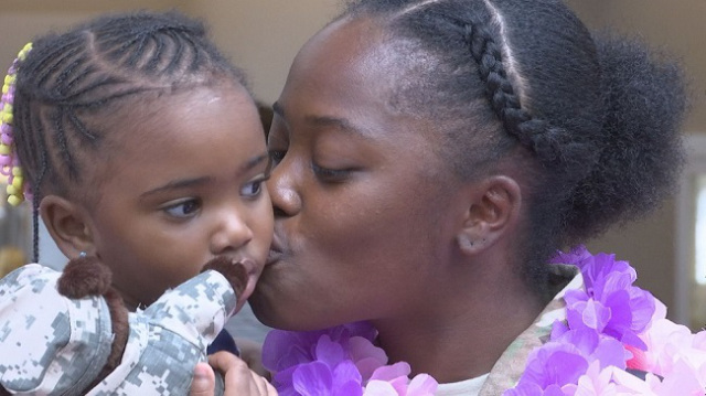 Soldier reunited with her 2-year-old daughter_149276
