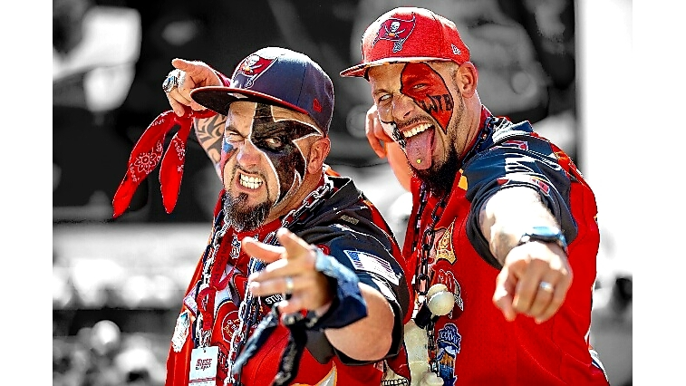 Tampa_Bay_Buccaneers_Fans_at_Training_Ca_1_20180807173816