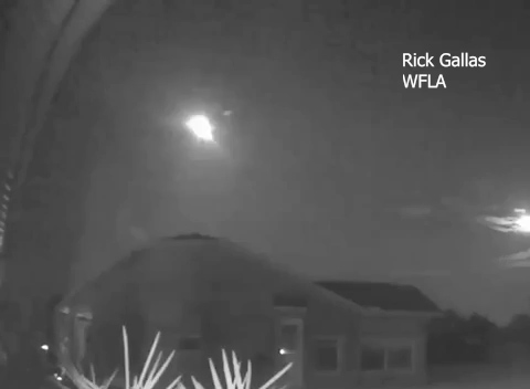 Large meteor streaks, breaks apart across Florida sky