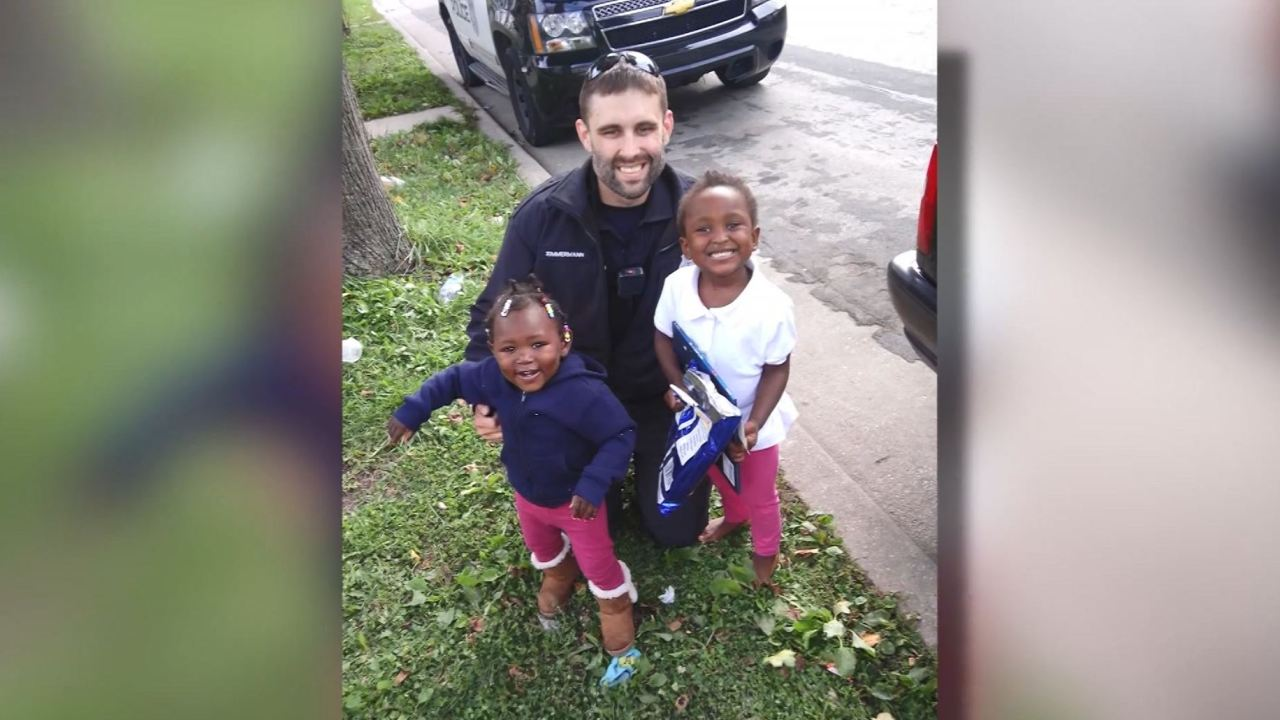 <b>Police officer buys children car seats instead of ticketing their mom</b>