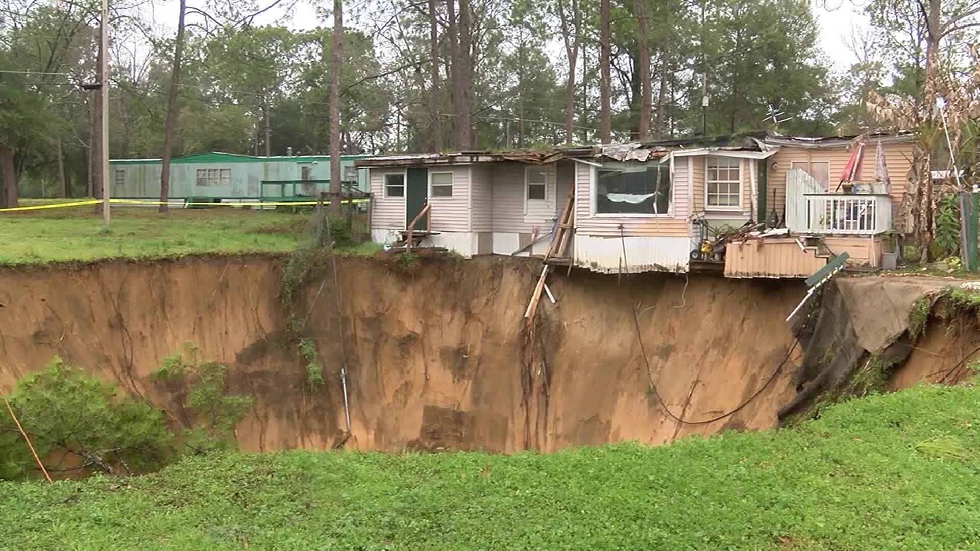 Large sinkhole opens up at Florida mobile home park | WFLA