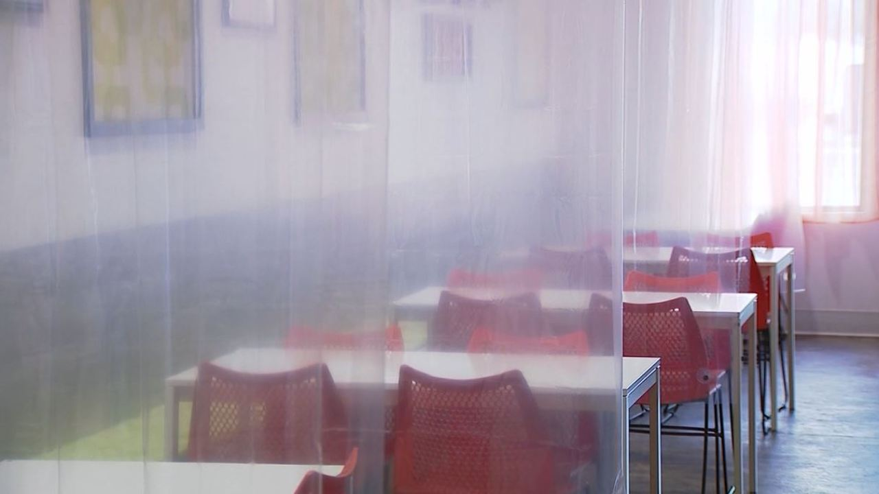 Restaurant uses shower curtains to separate customers | WFLA